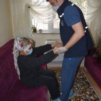Genç kız evde bakım hizmetiyle yeniden yürümeye başladı